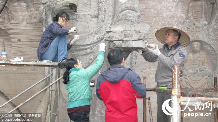 2014年11月9日,陈卉丽(着绿色衣服)团队援助安岳石刻修复。(受访者供图)