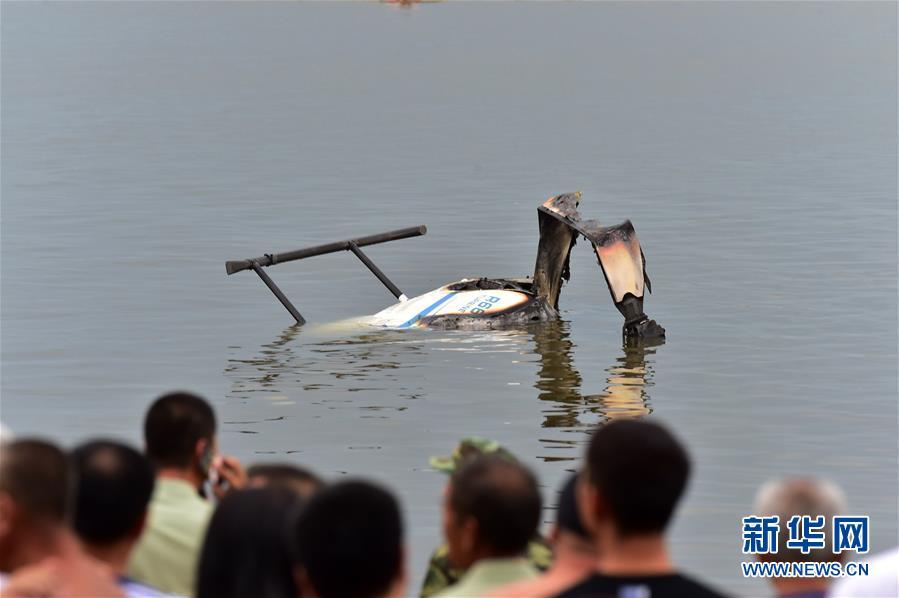 一架小型直升机在齐齐哈尔江边坠落