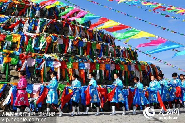 8月18日,在内蒙古乌拉特中旗海流图镇,牧民和周边地区群众转敖包祈福.