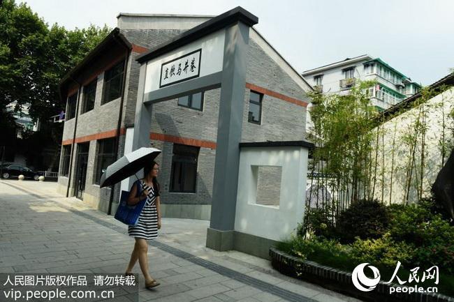2016年8月23日,浙江省杭州市,行人走过杭州直饮马井巷巷口的民国风格