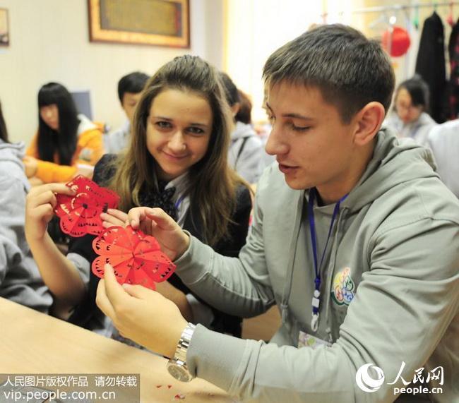 俄罗斯学生学习剪纸