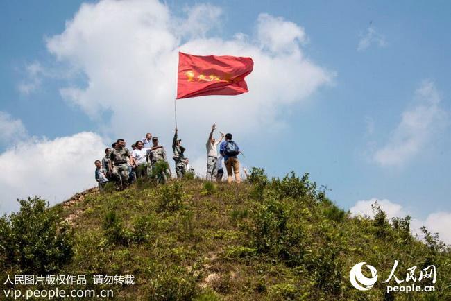 """9月23日,在贵州省从江县加鸠镇长牛村,50余名党员干部职工参与""""重走"""