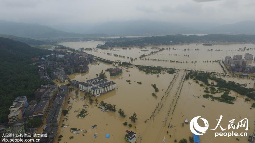 9月29日,浙江省温州市平阳县水头镇水满为患,民房积水达到两三米,全镇