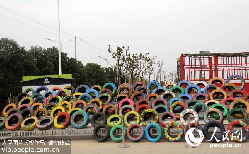 安徽芜湖:报废汽车轮胎成街头涂鸦艺术品