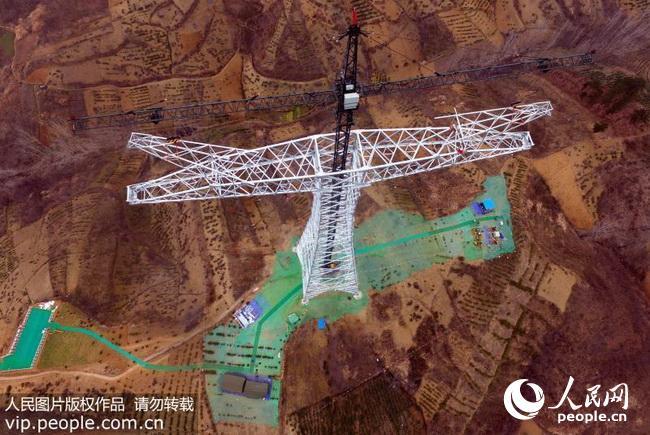 2017年1月4日,昌吉-古泉1100千伏特高压直流输电工程跨越陕西秦岭首基铁塔组立顺利完成。该工程是目前世界上电压等级最高、输送容量最大、输送距离最远、技术水平最先进的特高压输电工程,是落实一带一路建设的重要举措和国家西电东送重点特高压输电工程,具有显著的经济、社会、环境效益。工程起点位于新疆昌吉自治州,终点位于安徽宣城市,途经新疆、甘肃、宁夏、陕西、河南、安徽6省(区),新建准东、皖南2座换流站,换流容量2400万千瓦,线路全长3324公里。目前工程已由基础施工进入全面铁塔组装阶段。工程计划于