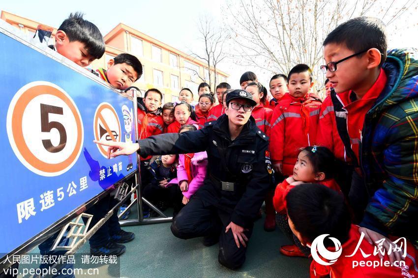 2月13日,山东省潍坊市民警在青州市云门山街道青龙回民小学教孩子们