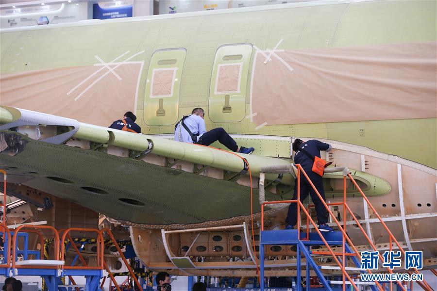 102架机在中国商飞公司上海飞机制造有限公司总装车间内进行系统装配.