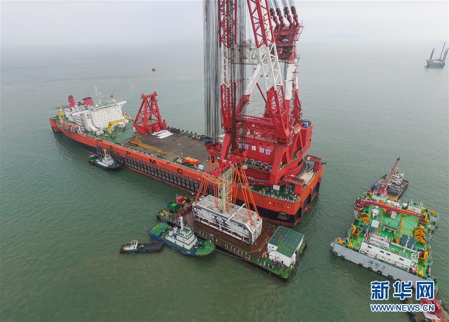港珠澳大桥总长约55公里,是连接香港、珠海和澳门的超大型跨海通道