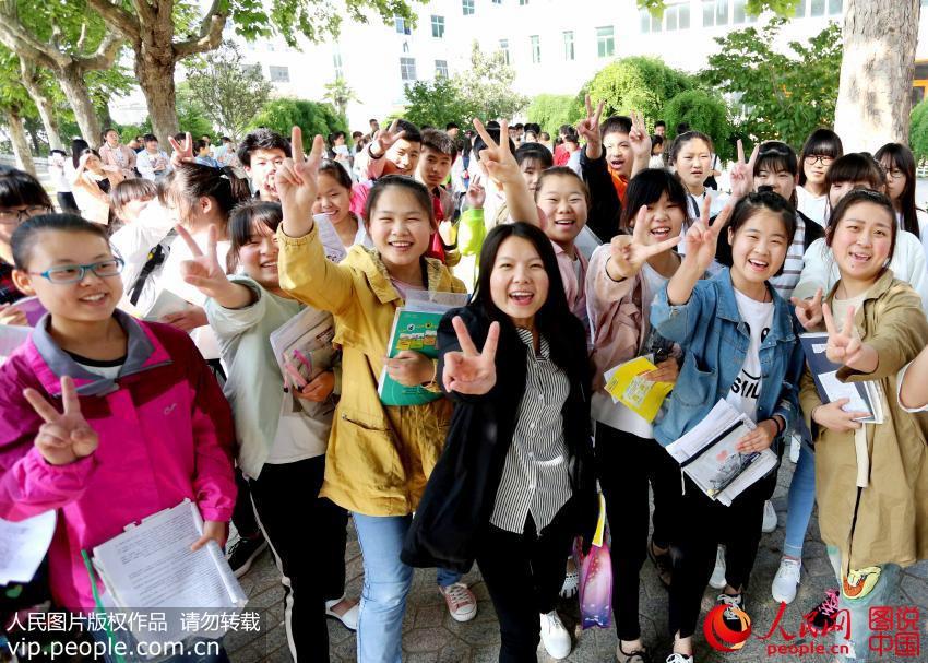 6月7日,在江苏东海县第二中学考点内,考生在进入考场前相互加油鼓劲.