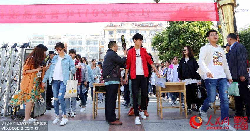 6月7日,在江苏东海县第二中学考点内,考生通过金属探测器检查后进入考