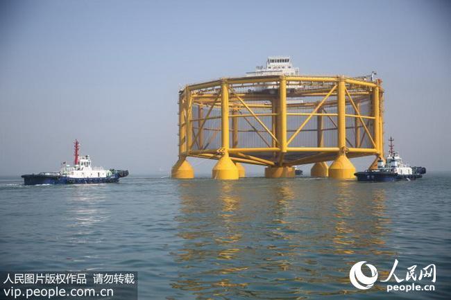 在黄岛海关关员的监管下,从位于青岛黄岛区的武船集团北船海工公司