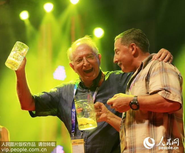 在青岛国际啤酒节,驻青岛西海岸新区的外国专家举杯同饮.(资料图片)
