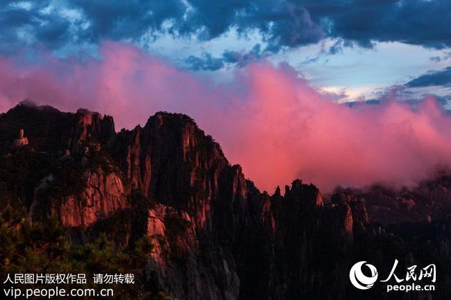 当日,黄山风景区天气晴好,傍晚时分云海缥缈 ,壮观美丽的晚霞,光彩