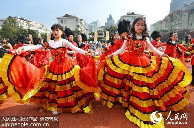 2017年10月13日,青岛市市南区实验小学,学生们身穿英国传统服饰载歌载