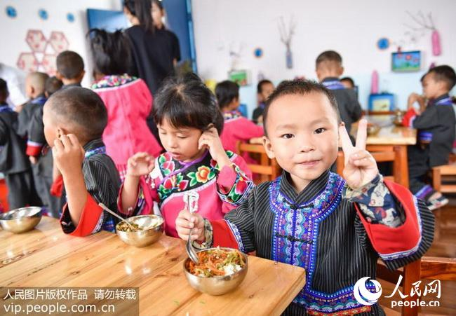 贵州松桃:山村幼儿园吃上免费营养午餐(2017.12.5)海外版9版