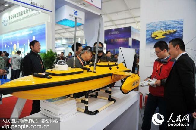 2017年11月1日,山东青岛西海岸新区东亚会展中心,参会者在了解海洋无