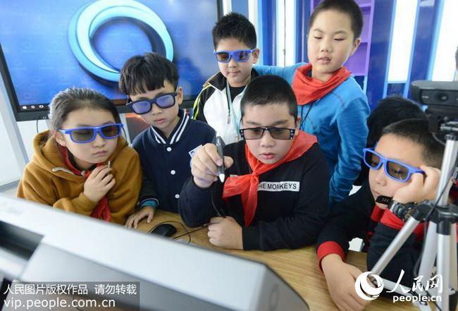 2017年10月27日,郑州市黄河路三小的学生在课堂上体验AR技术。