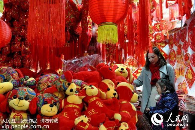 上海:红红火火迎新年 狗年装饰品受青睐(2017.12.26)10版