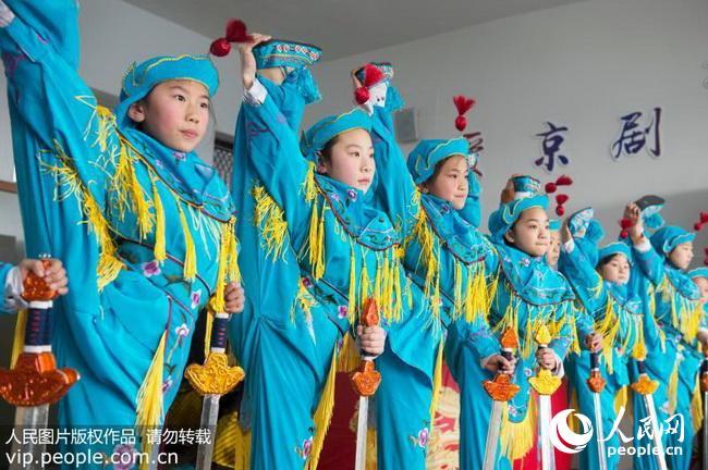 2018年2月11日,江苏省海安县城东镇西场小学京剧社团的小票友在排练