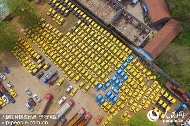 南京:数百辆停运出租车密密麻麻摆放在停车场(2018.4.13)海外版8版