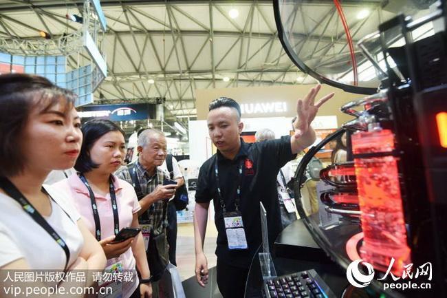 2018年6月13日,参观者在观看一款新型液冷电脑机箱。