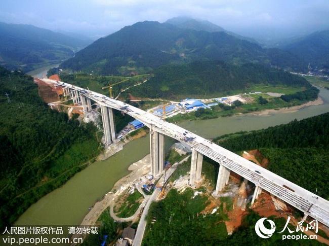 这是8月11日拍摄的建设中的荔榕高速公路榕江段都柳江大桥.