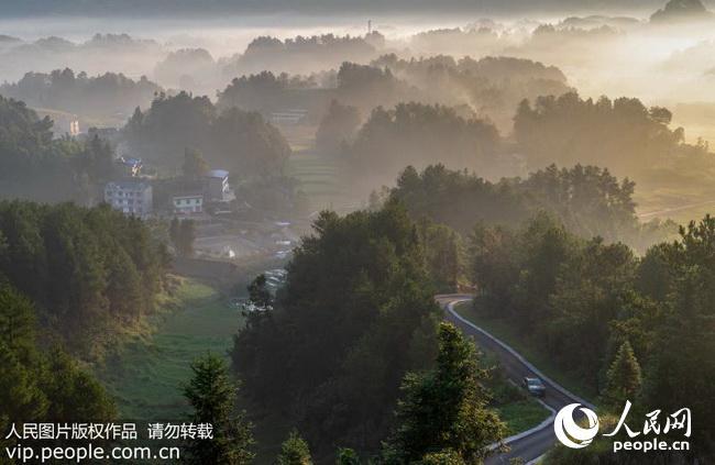 2018年8月20日,汽车行驶在重庆市南川区木凉镇汉场坝村风景如画的通村