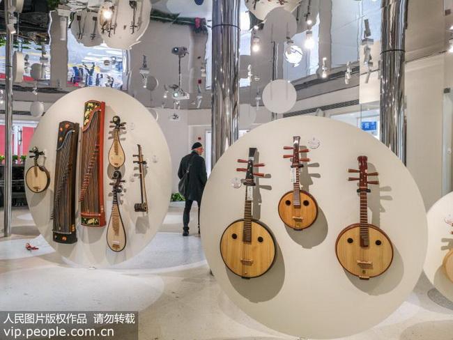 """2018年11月12日,上海民族樂器一廠南京路營業部目前已完成裝修,正式開始營業。當日中午,店鋪高顏值的室內空間吸引了眾多過往市民和游客進店""""一探究竟""""。"""