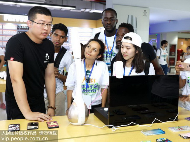 """7月24日,义乌创业青年向南非等国家的""""洋创客""""们介绍一款智能家居产品。"""