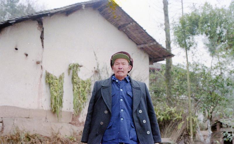 1994年2月在即将拆除重建的土坯房前留影,时年68岁。作者:陈朝君