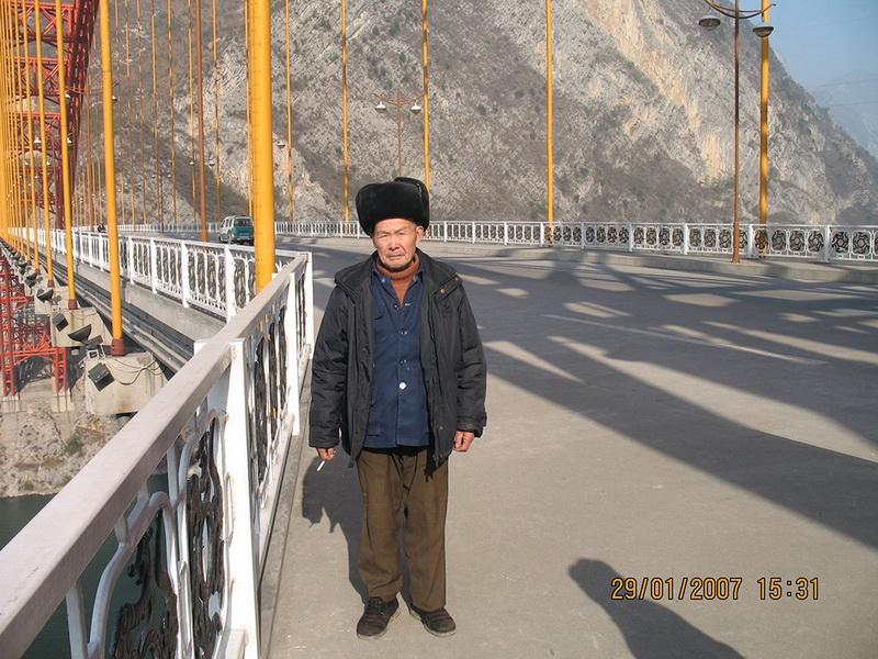 2007年1月,在巫山长江大桥欣赏三峡美景。作者:陈朝君