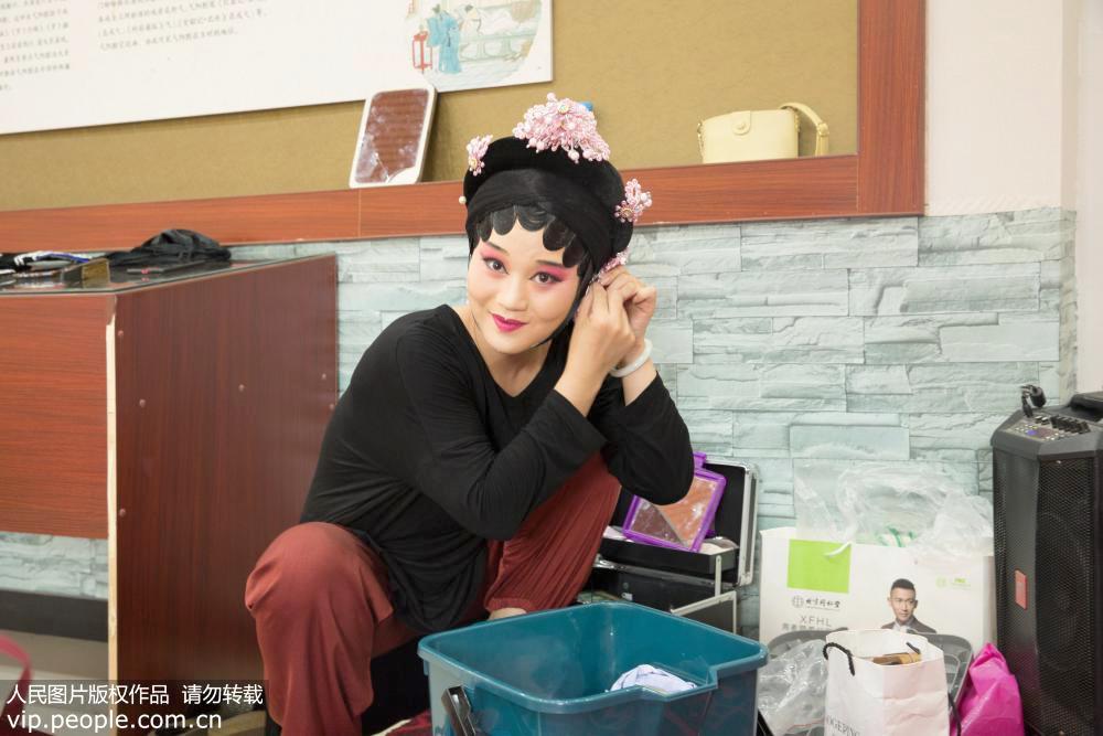 2019年7月19日,江西省上饶市弋阳县东湖邓家村,演出后,吴瑶丽在台下卸假发。