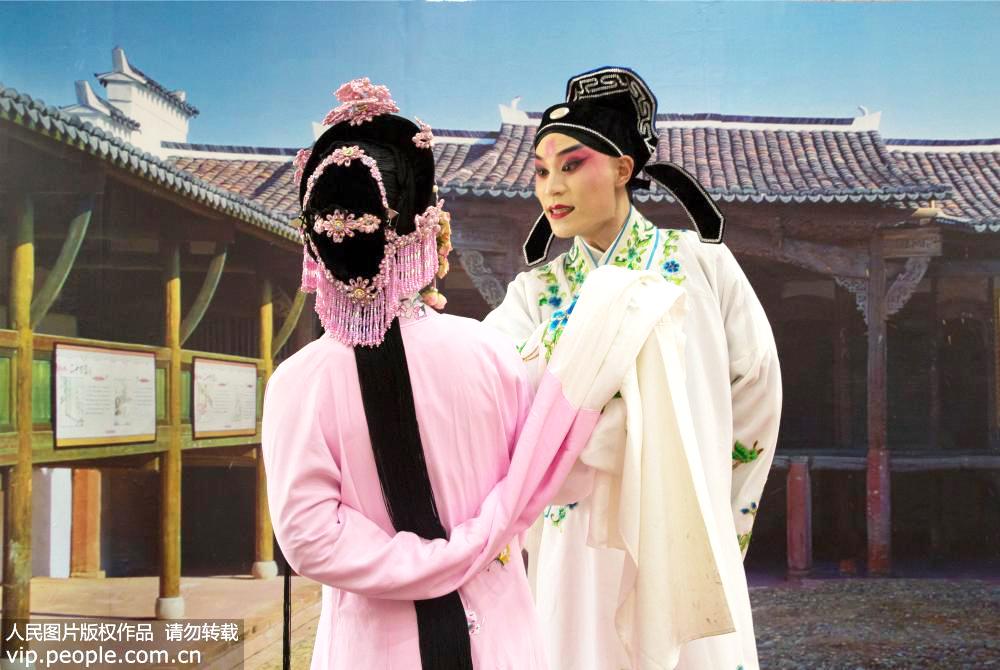 2019年7月19日,江西省上饶市弋阳县东湖邓家村,吴瑶丽(左)和张凯峰(右)在表演弋阳腔《游园惊梦》。