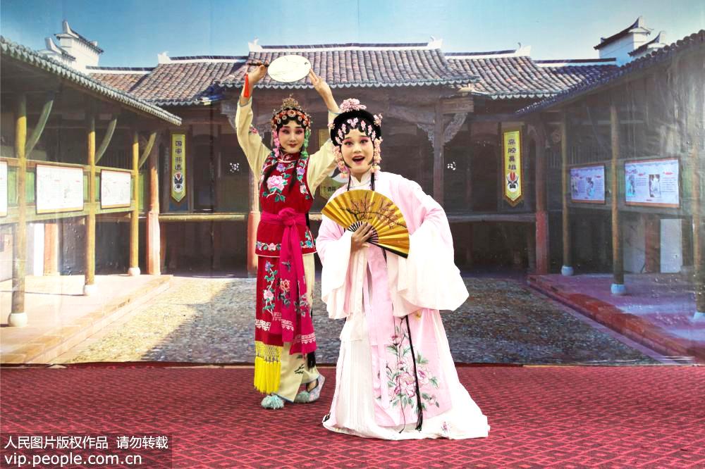 2019年7月19日,江西省上饶市弋阳县东湖邓家村,孙晚霞(左)和吴瑶丽(右)在表演弋阳腔《游园惊梦》。