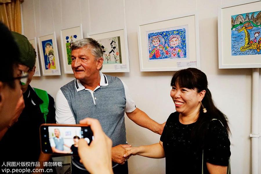 萨基市市长参观画展。