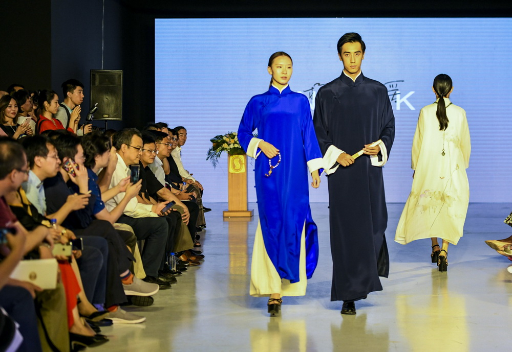 """以衣裁道·印记时代""""——中丝定制中心成立发布会暨时装秀在京举行"""