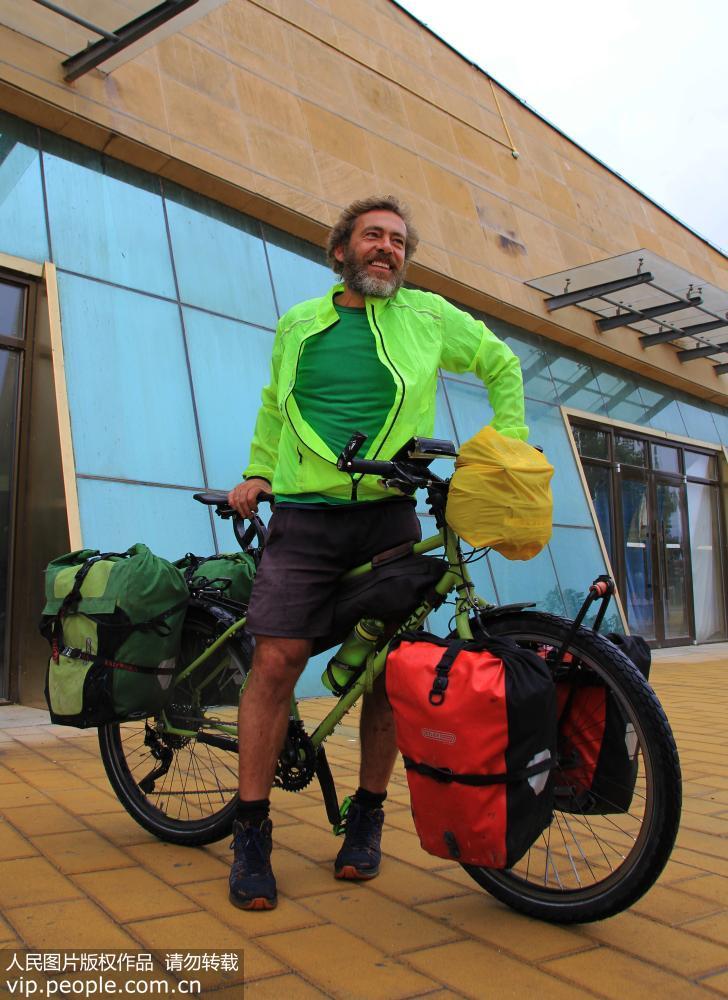 斯蒂芬来自德国慕尼黑,今年51岁,他从德国一路骑行来到中国,来到宁夏中卫,他要骑行到北京。
