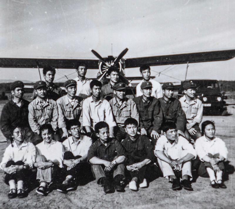 1967年,空军学员合影(二排右一)。作者:陈松