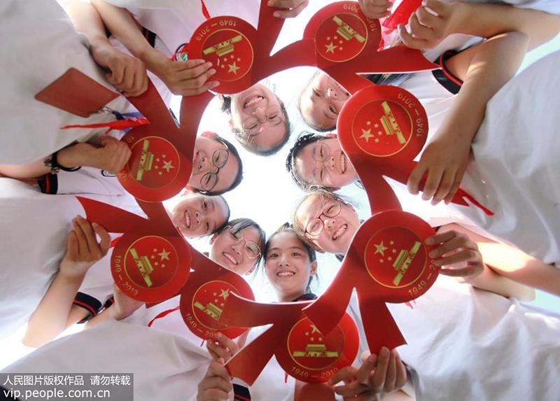 """9月28日,江苏扬州千名学生齐摆""""70""""巨幅五星红旗喜迎国庆。"""