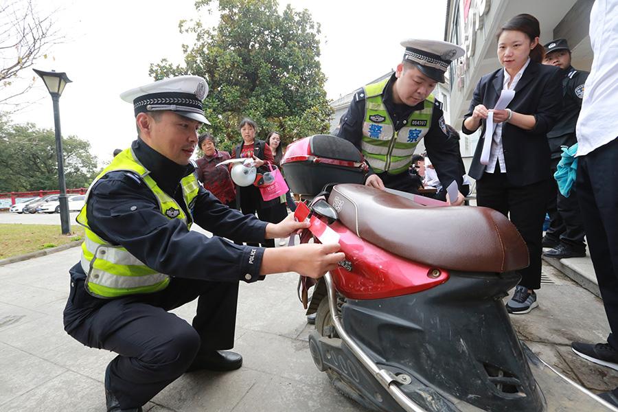 """浙江湖州:""""警保合作""""为电动车上保险"""