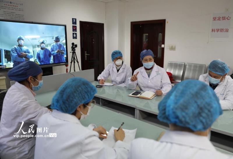 2月21日,武汉大学人民医院东院办公区,中国工程院院士、国家卫健委高级别专家组成员李兰娟及其所在的浙江大学医学院附属第一医院医疗队正在进行远程诊疗。(李舸 人民图片)