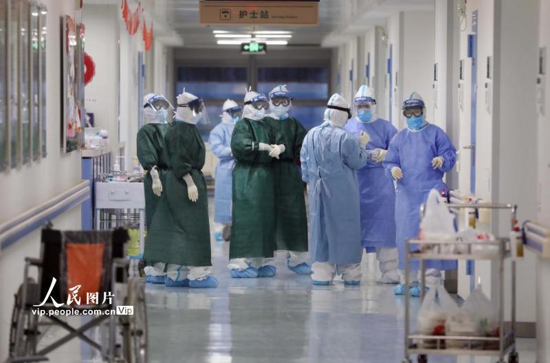 2月22日,武汉华中科技大学同济医学院附属同济医院,隔离病房的医护人员交接班。(李舸 人民图片)