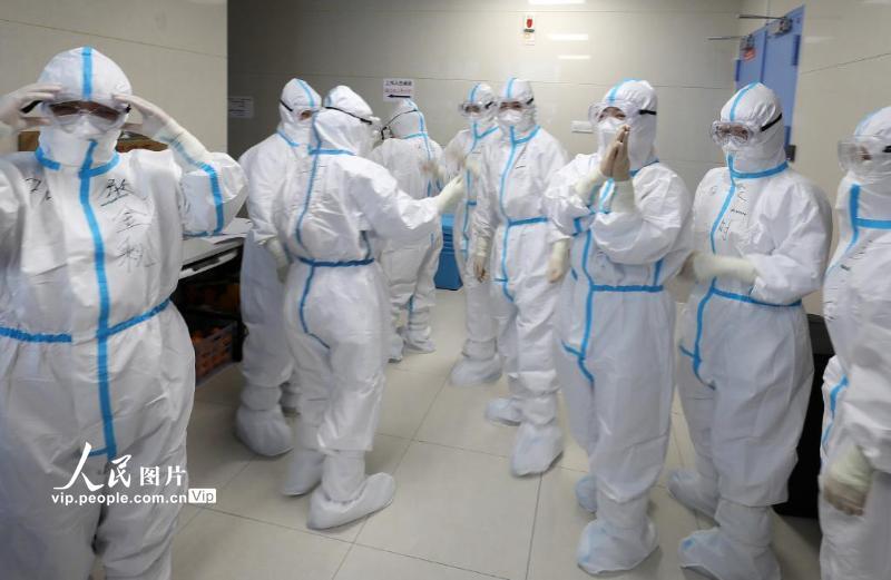 2月22日,武汉华中科技大学同济医学院附属同济医院,北京中日友好医院的医护人员全副武装,准备进入工作岗位。(李舸 人民图片)